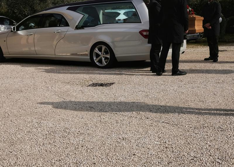 Leichenwagen offen mit Sarg stockfoto