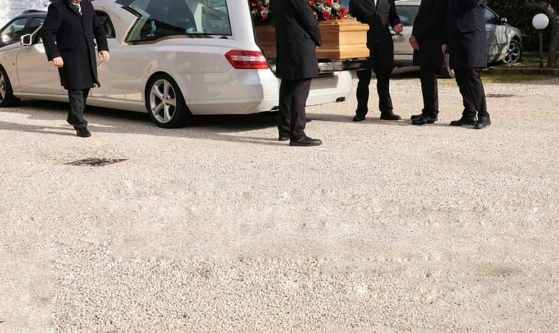 Leichenwagen offen mit Sarg lizenzfreie stockfotografie