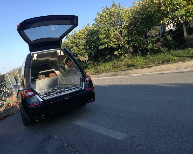 Leichenwagen offen und leer lizenzfreie stockfotos