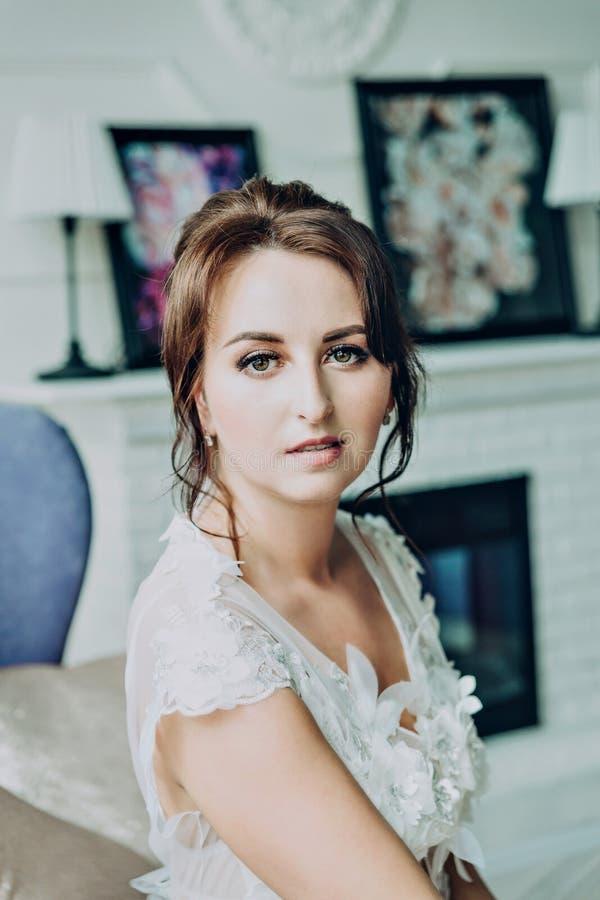Leichte Braut einer braunhaarigen Frau lizenzfreies stockbild