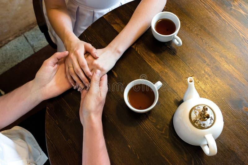 Leichte weibliche Hände, die auf Mann liegen lizenzfreie stockfotos