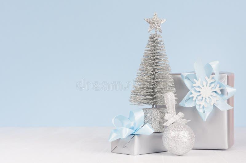 Leichter Hauptdekor für Feier des neuen Jahres - silberne Geschenkboxen und kleine Scheintanne, Ball auf weißer hölzerner Tabelle stockfoto