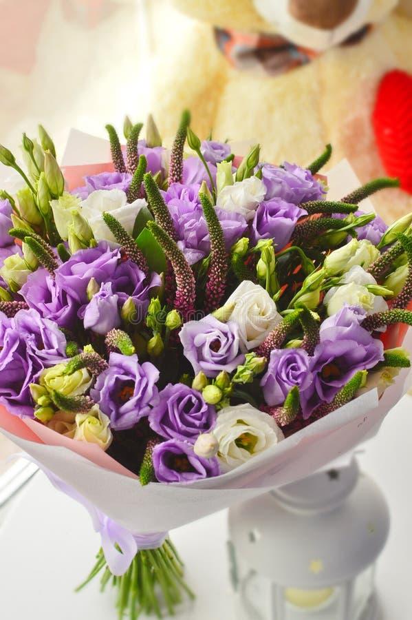 Leichter lila Blumenstrauß mit eustomy stockfotos