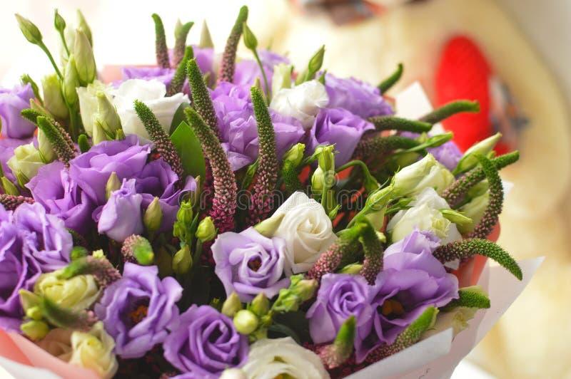 Leichter lila Blumenstrauß mit eustomy lizenzfreies stockbild