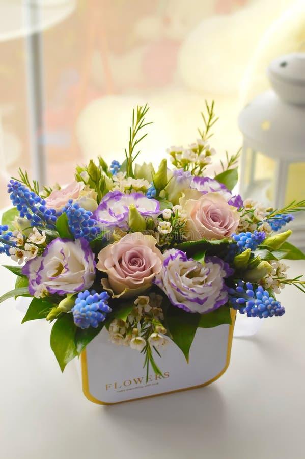 Leichter lila Blumenstrauß mit rosas lizenzfreies stockbild