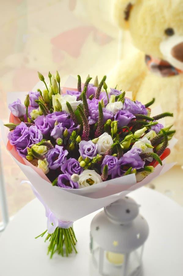 Leichter lila Blumenstrauß mit rosas lizenzfreie stockbilder