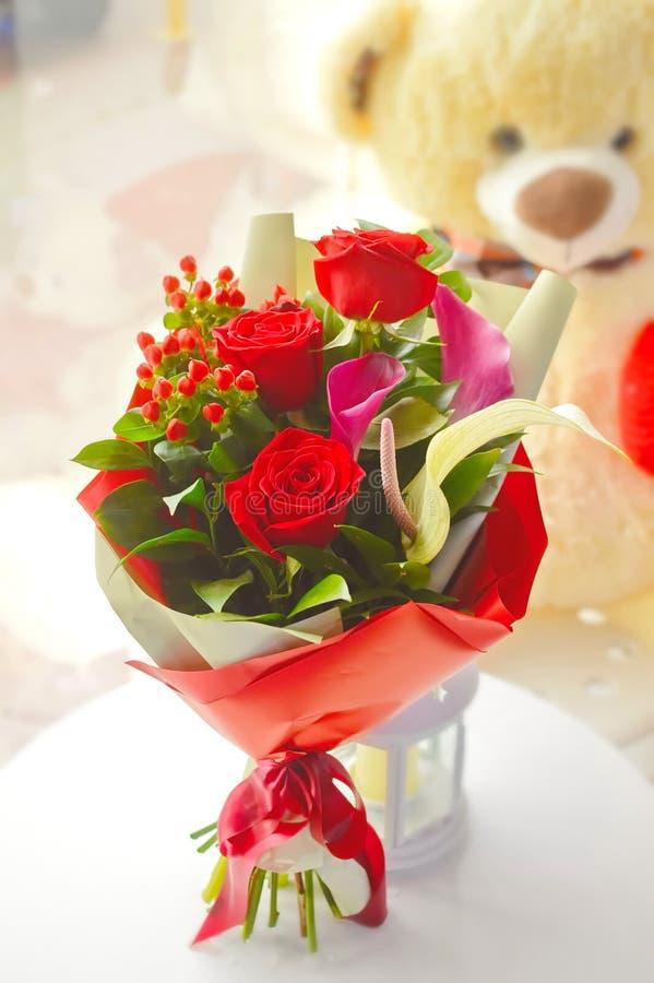 Leichter roter Blumenstrauß mit rosas stockbild