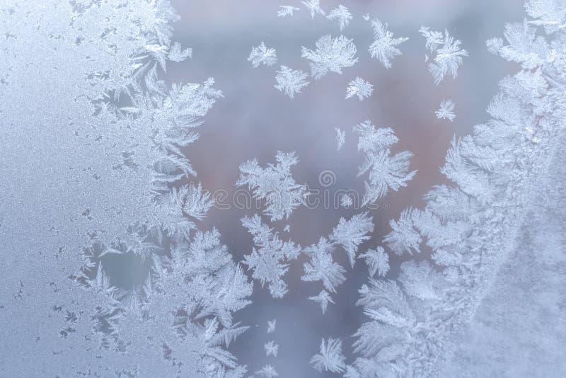 Leichtes würdevolles eisiges Muster auf Fensterglas im Winter stockfotos