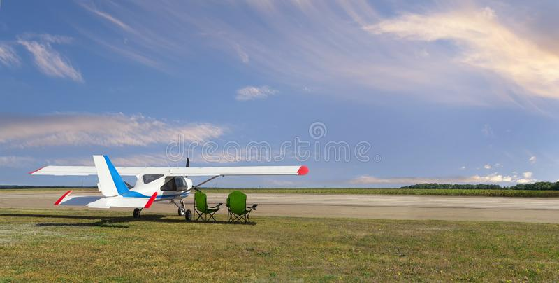 Leichtflugzeug auf dem Flugplatz lizenzfreie stockfotos