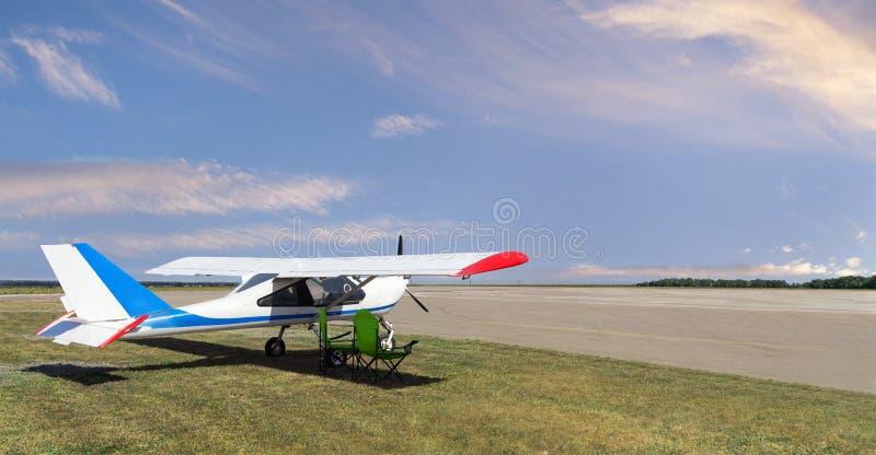 Leichtflugzeug auf dem Flugplatz stockbild