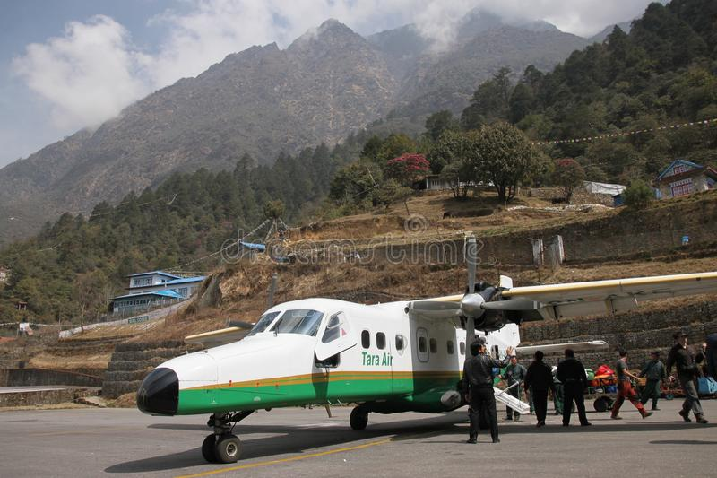 Leichtflugzeug an Lukla-Flughafen, Nepal lizenzfreies stockbild
