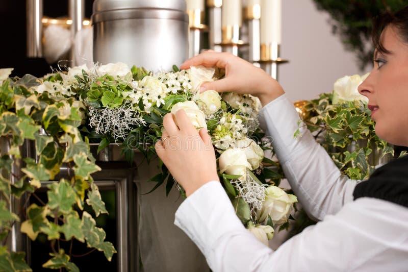 Leid - weiblicher Leichenbestatter, der Urne Begräbnis vorbereitet stockbild