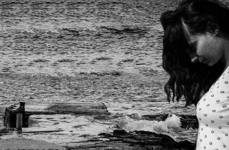 Leiden der jungen Frau von der Krise, die unten zum Meer zuschließt lizenzfreies stockfoto