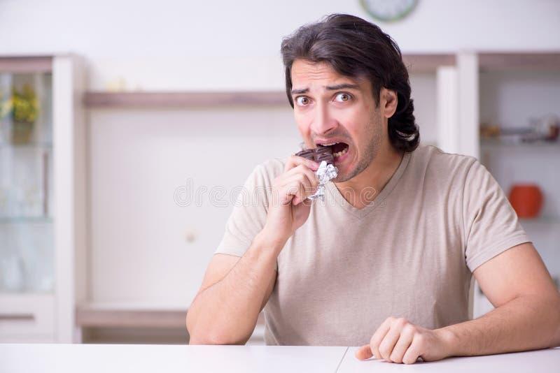 Leiden des jungen Mannes von der Allergie stockbild