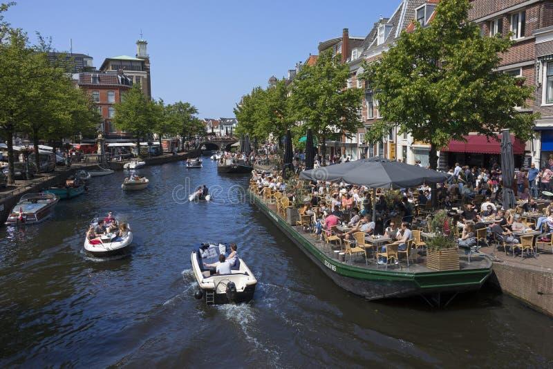 Leiden, holandie - Maj 20, 2018: Tarasy i łodzie blisko zdjęcia royalty free