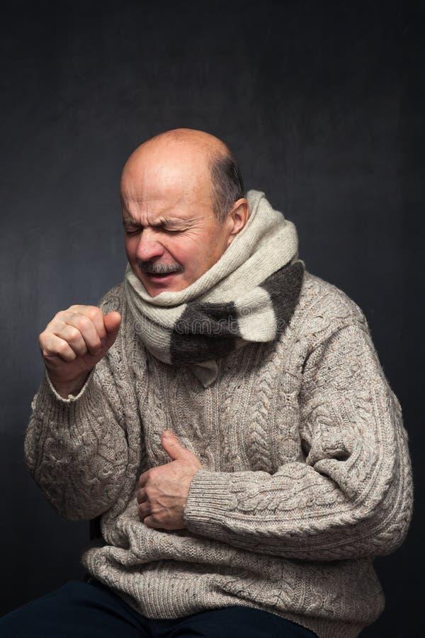 Leiden unter Grippevirus lizenzfreie stockfotografie