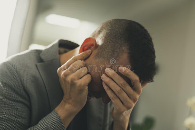 Leidender Mann mit seinen Händen in seinem Kopf lizenzfreies stockbild