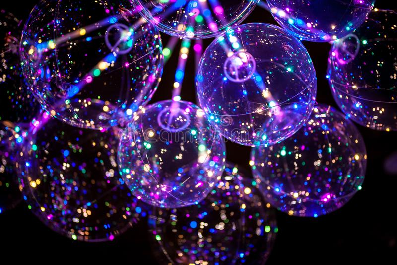 LEIDENE ballon met multi-colored lichtgevende slinger stock foto