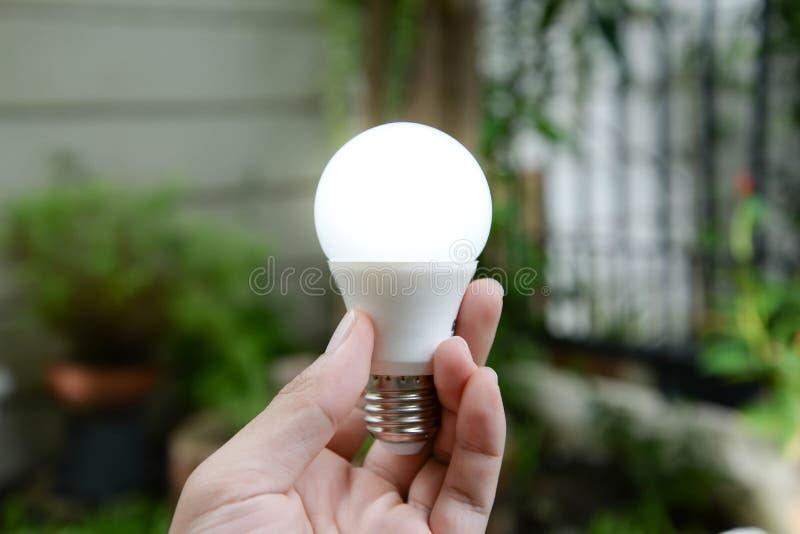 LEIDENE bol met verlichting - Nieuwe technologie van energie stock foto's