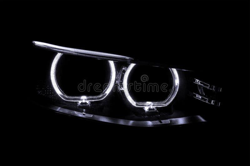 LEIDENE koplampen van auto stock afbeelding