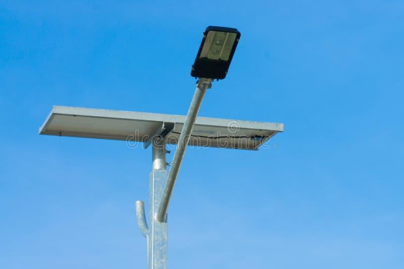 LEIDENE straatlantaarn met zonnecelmacht stock afbeelding
