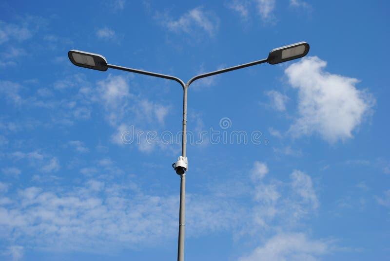LEIDENE straatlantaarns met energy-saving technologie, wolk op de blauwe achtergrond van het hemeldaglicht stock afbeeldingen