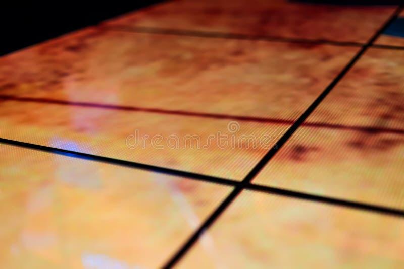 LEIDENE vloertechnologie en donkergele elektronische bezinning stock foto