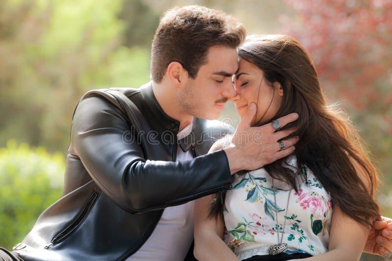 Leidenschaft und Liebe paare stockbild