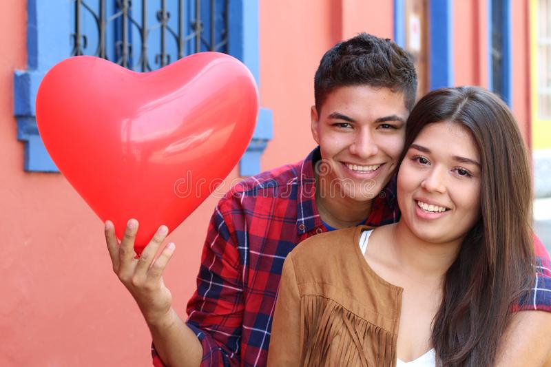 Leidenschaftliche ethnische Paare in der Liebe stockbilder