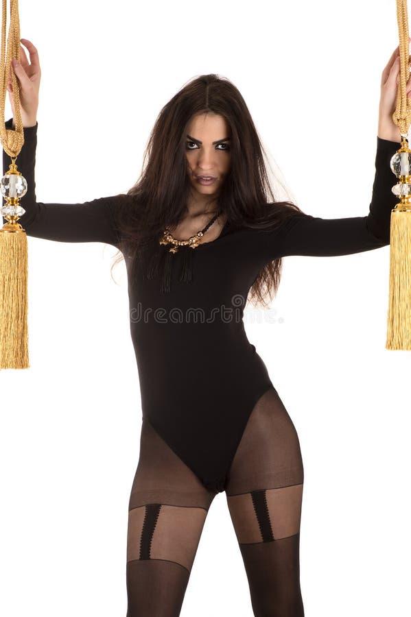 Leidenschaftliche Frau im schwarzen Bodysuit mit Bürsten stockfotografie