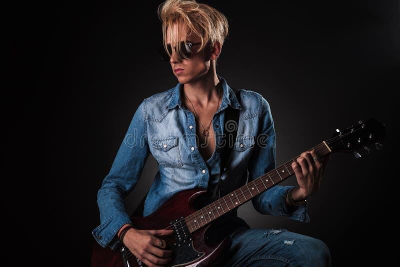 Leidenschaftlicher Gitarrist, der seine E-Gitarre spielt lizenzfreie stockfotos
