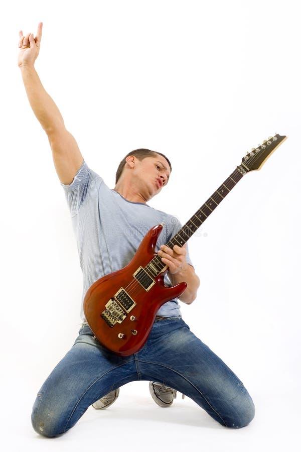 Leidenschaftlicher Gitarrist, der seine elektrische Gitarre spielt lizenzfreie stockfotografie