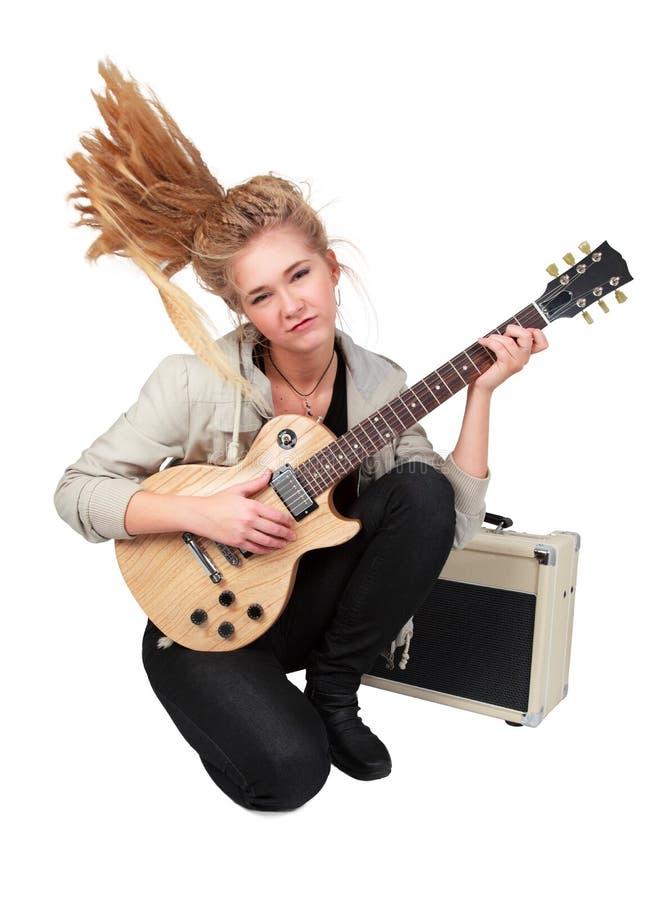 Leidenschaftliches Felsen Mädchen, das eine elektrische Gitarre spielt lizenzfreie stockfotografie