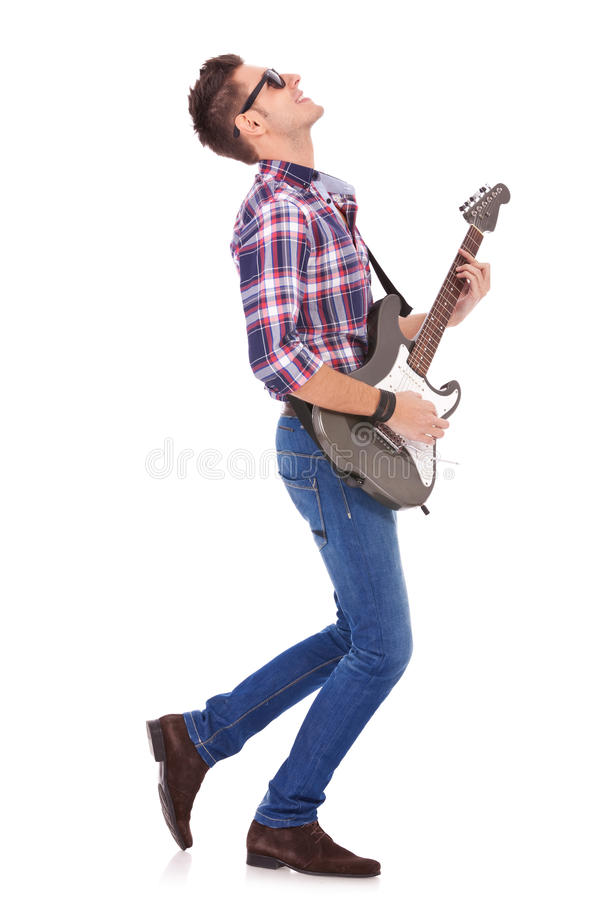 Leidenschaftliches Gitarristspielen lizenzfreies stockfoto