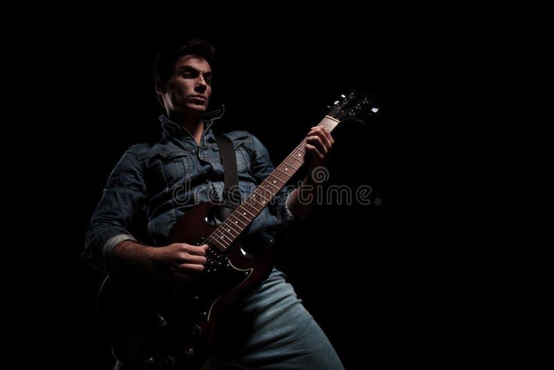 Leidenschaftliches junges Gitarristspielen stockbilder