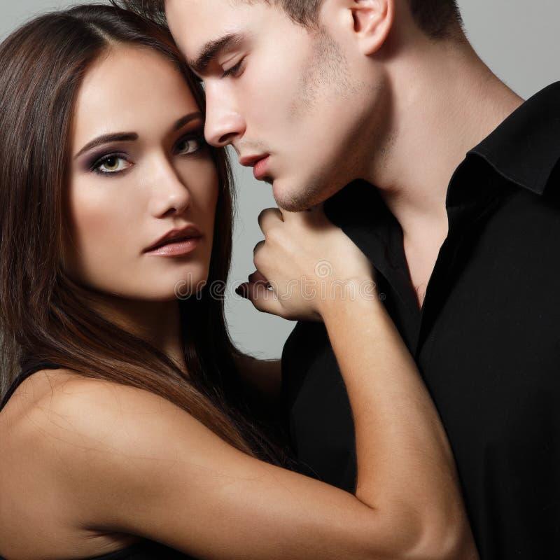 Leidenschaftspaare, schöner junger Mann und Frauennahaufnahme, Bolzen lizenzfreie stockfotos