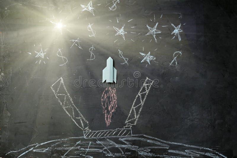 Leiderschap, opstarten en succes Nieuwe zaken, aspiraties, en investeringsconcept Origami-raket vliegt naar succes royalty-vrije stock foto
