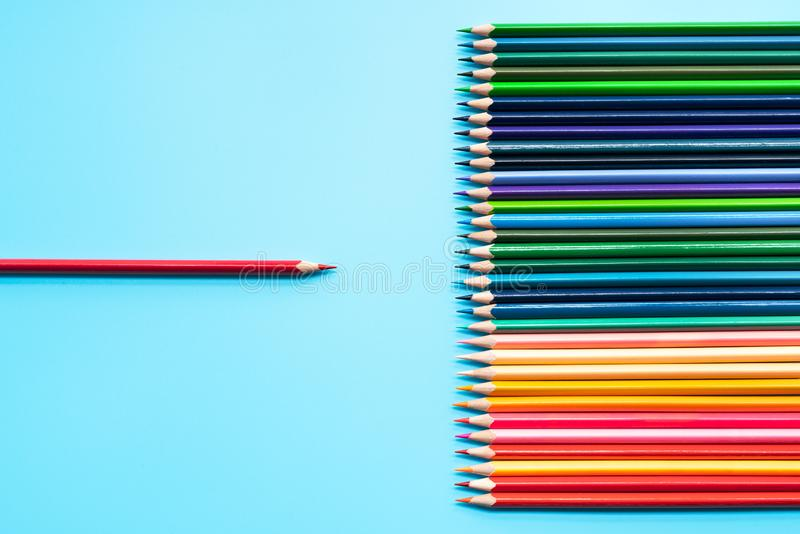 Leidings bedrijfsconcept Het loodpresentatie van het rode kleurenpotlood aan andere kleur royalty-vrije stock afbeelding