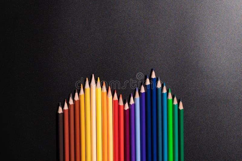 Leidings bedrijfsconcept Kleurenpotlood op zwarte achtergrond royalty-vrije stock foto's