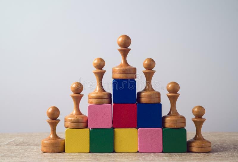 Leidingsconcept met schaak op houten blokkentreden royalty-vrije stock afbeeldingen