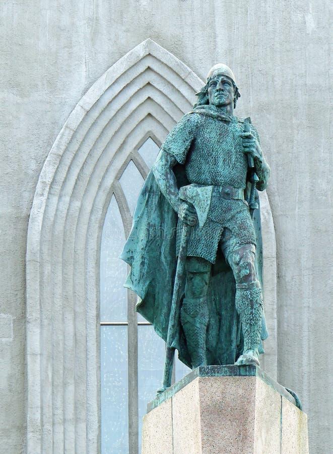 Leif Erickson e il Hellgrimskirkja, Reykjavik immagine stock libera da diritti