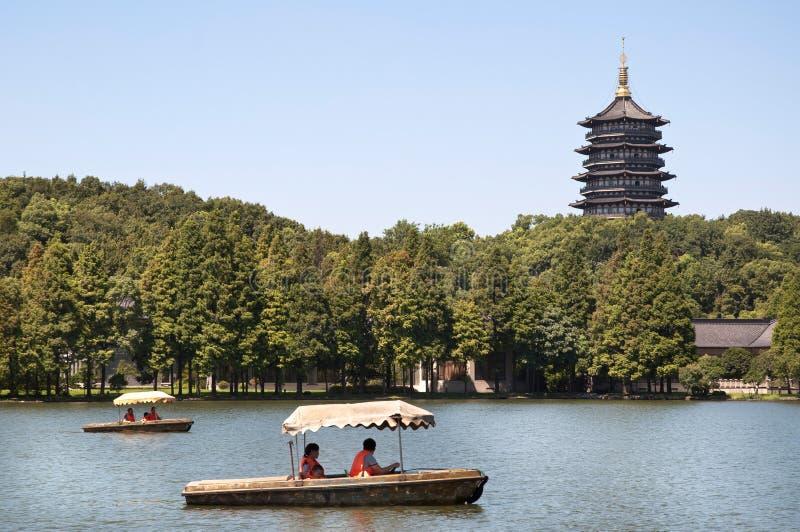 Leifeng pagod och turist- fartyg, västra sjö, Hangzhou royaltyfria bilder