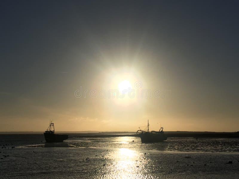 Leigh на шлюпках моря на заходе солнца стоковая фотография rf