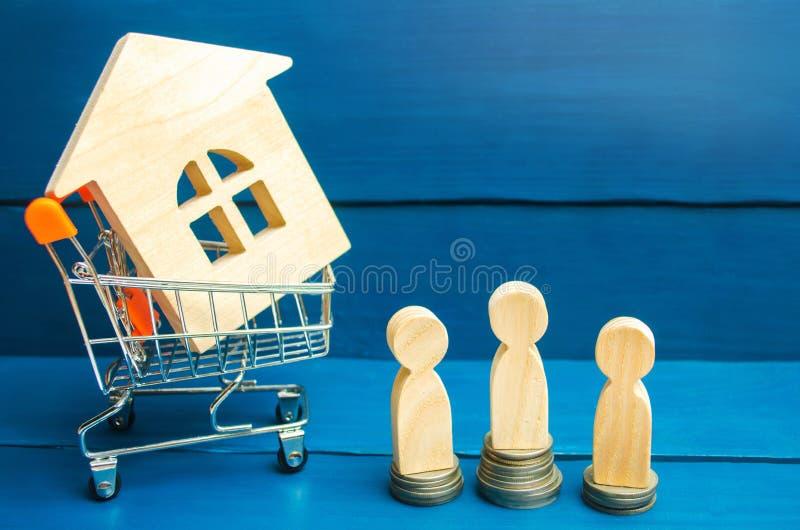 Leilão, bens imobiliários de venda pública Casa de madeira, trole do supermercado, pessoa Comprando, vendendo e alugando uma casa imagem de stock royalty free