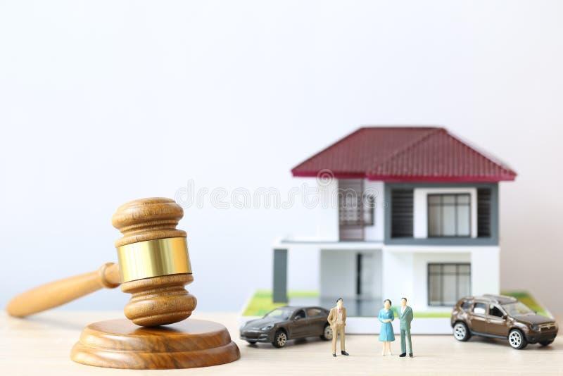 Leilão da propriedade, casa de madeira e modelo do martelo no fundo do wtite, o advogado de bens imobiliários da casa e o conceit foto de stock