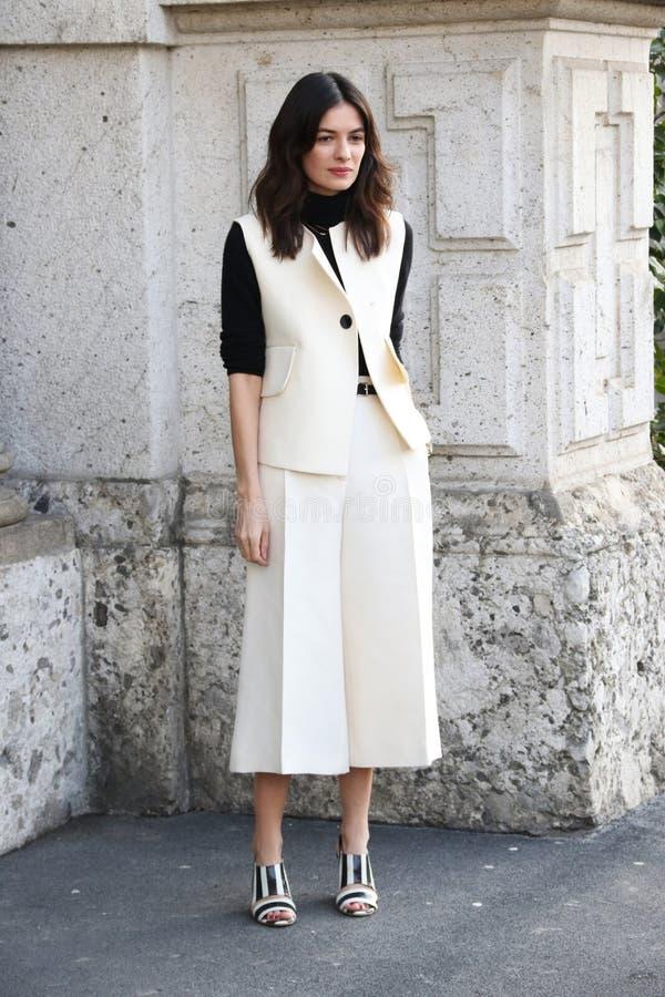 Leila yavari vinter 2015 2016 för höst för streetstyle för Milano, milan modevecka arkivfoto