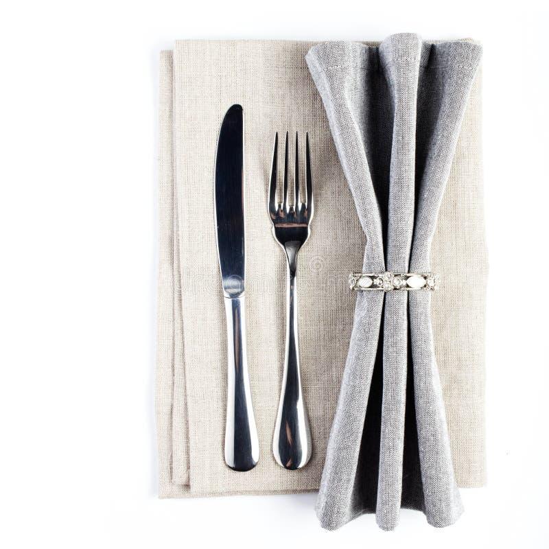 Leinentextilserviette mit Tischbesteck - Messer und Gabel, dienendes tabl stockfotos