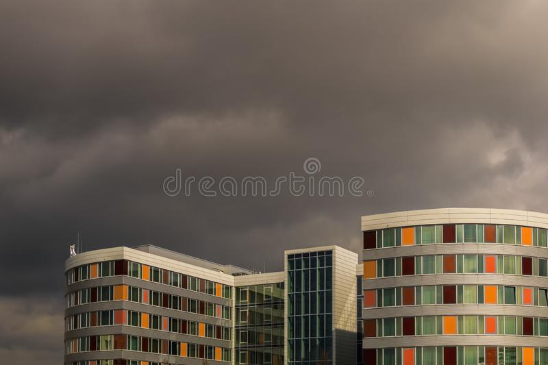 LEINFELDEN-ECHTERDINGEN, ALEMANHA - março 02,2019: O hotel de Moevenpick esta construção colorida é um hotel grande fotos de stock royalty free