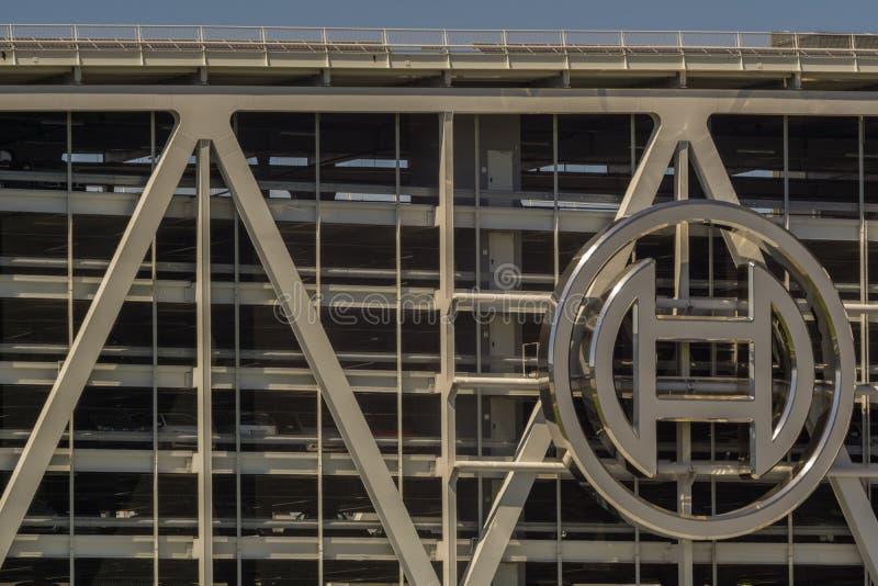 LEINFELDEN-ECHTERDINGEN, GERMANIA - LUGLIO 01,2018: Questo grande, parcheggio moderno è vicino all'area di mostra immagini stock