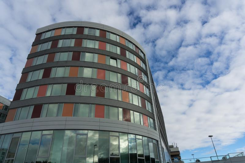 LEINFELDEN-ECHTERDINGEN TYSKLAND - JANUARI 27,2019: Det Moevenpick hotellet detta hotell är en stor färgrik byggnad royaltyfri foto